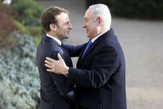 Emmanuel Macron Frakklandsforseti heilsar Benjamin Netanyahu forsætisráðherra Ísraels fyrir fund þeirra í París í dag.