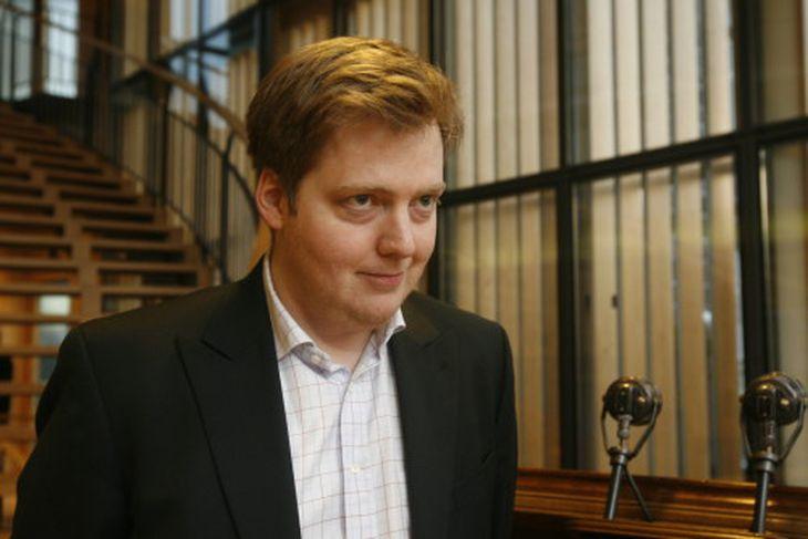 Sigmundur Davíð Gunnlaugsson, formaður Framsóknarflokksins kemur til fundar við fulltrúa VG og Samfylkingar í þinghúsinu.