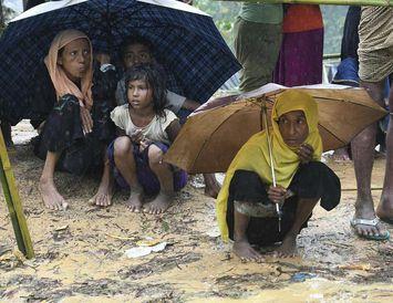 Rohingya-múslimar freista þess að finna skjól frá ringingunni í Balukhali-flóttamannabúðunum nærri bænum Gumdhum í Bangladess.