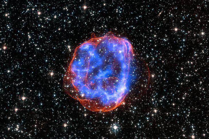 SNR E0519-69.0. Þegar massamikil stjarna í Stóra-Magellanskýiinu sprakk sem sprengistjarna skildi hún eftir sig leifar ...