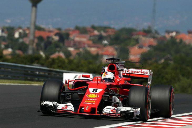 Sebastian Vettel á ferð í tímatökunni í Búdapest.