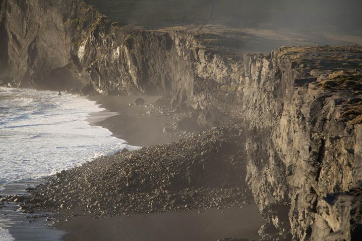 Á myndinni sést vel hve langt inn á ströndina grjótið féll.