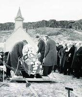 Síðasti kaflinn? Jarðneskar leifar Jónasar Hallgrímssonar jarðsettar í þjóðargrafreitnum á Þingvöllum árið 1946. Kannski síðasti kaflinn í sögunni um það hvernig Jónas varð að þjóðskáldi.