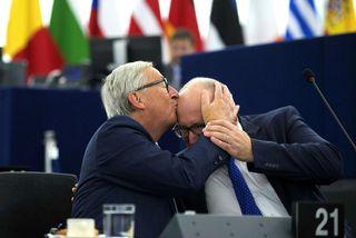 Jean-Claude Juncker, forseti framkvæmdastjórnar Evrópusambandsins, kyssir hér á koll varaforsetans, Frans Timmermans, áður en hann ...