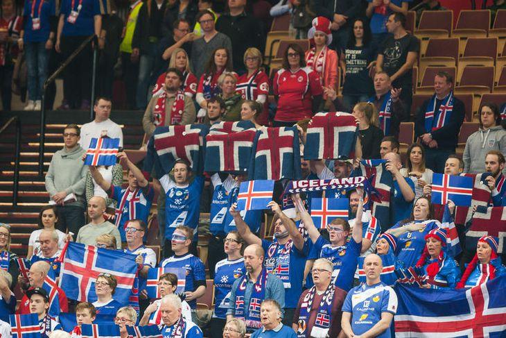 Stuðningsmenn Íslands í Spodek-höllinni í kvöld.