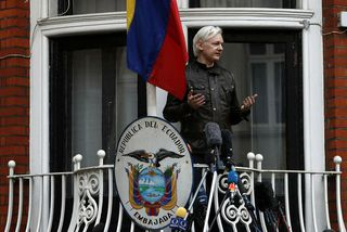 Julian Assange ávarpar viðstadda af svölum sendiráðs Ekvador í Lundúnum þegar Svíar tilkynntu að þeir ...