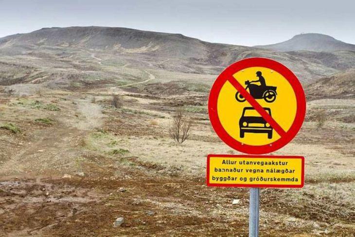 Víða við Úlfarsárdal eru skilti sem minna venjulega borgara á að utanvegaakstur sé bannaður vegna ...