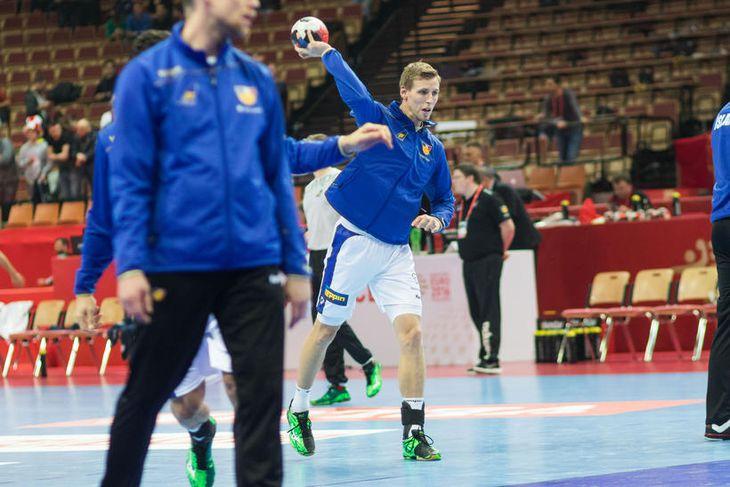 Vignir Svavarsson hitar upp fyrir leikinn í kvöld.