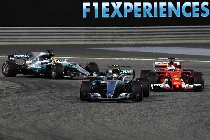 Valtteri Bottas var fyrstur framan af og fylgja þeir Sebastian Vettel og Lewis Hamilton honum ...