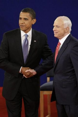 Barack Obama og JOhn McCain takast í hendur fyrir fyrstu ...
