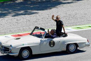 Valtteri Bottas á heiðurshring ökumanna í fornum Mercedes skömmu fyrir ræsinguna í Monza.
