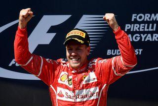 Sebastian Vettel fagnar sigri í síðasta móti, ungverska kappakstrinum í Búdapest.