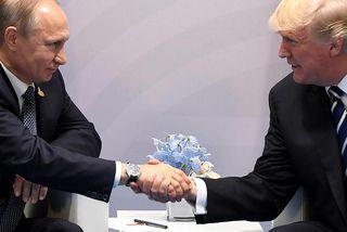 Pútín og Trump takast í hendur á hliðarlínum G20-fundarins sem fór fram í Hamborg í ...