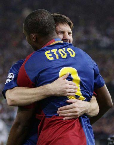 Lionel Messi fagnar Samuel Eto'oþ