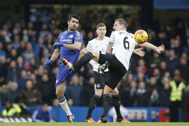 Diego Costa og Phil Jagielka eigast við í leik Chelsea og Everton.