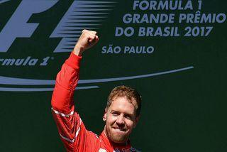 Sebastian Vettel fagnar sigrinum í Sao Paulo í dag.