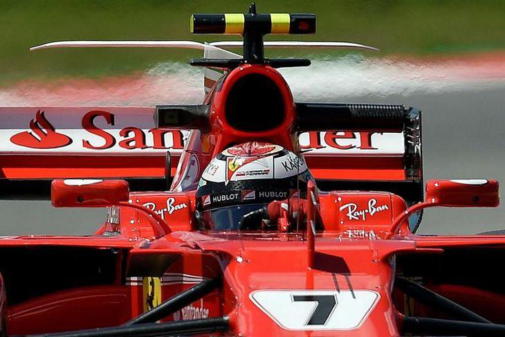 Kimi Räikkönen sækir hér á Mercedesmennina á seinni æfingunni í Barcelona í dag.