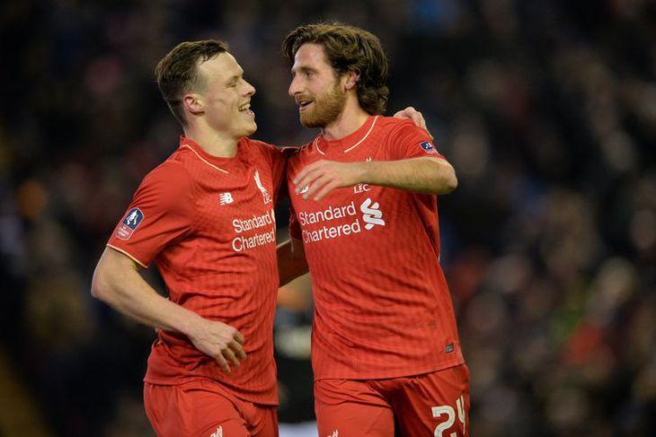 Joe Allen og Brad Smith fagna marki Allen fyrir Liverpool gegn Exeter í kvöld.