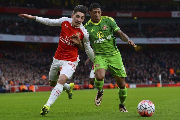 Hector Bellerin, leikmaður Arsenal í baráttu við Patrick Van Aanholt í leik liðanna í dag.