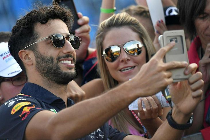 Daniel Ricciardo með aðdáendum í Hungaroring í dag.