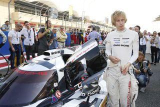 Brendon Hartley við keppnisbíl sinn í Le Mans í sumar en þar ók hann til ...