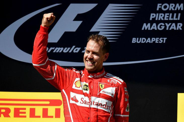 Sebastian Vettel fagnar sínum fjórða mótssigri á árinu, á verðlaunapallinum í Búdapest.