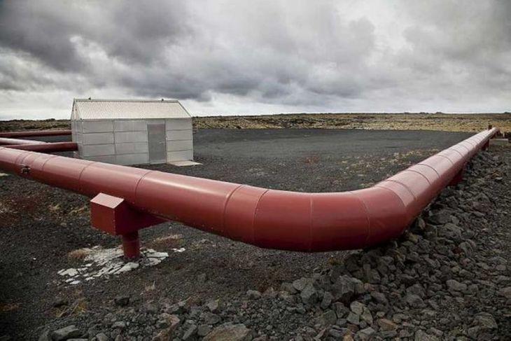 Nokkuð frá Eldvörpum er yfir 6.000 fermetra borteigur fyrir tvær niðurdælingarholur.