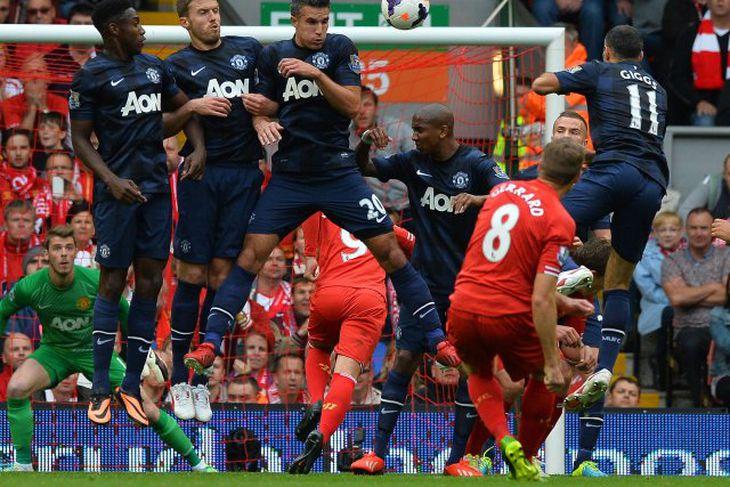 Steven Gerrard reynir skot að marki United úr aukaspyrnu. David de Gea varði.