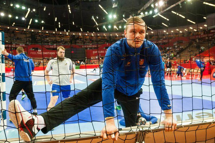 Aron Pálmarsson hitar upp í Spodek fyrir leikinn.