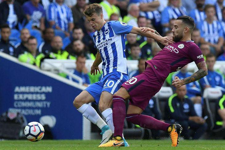 Solly March, leikmaður Brighton, skýlir boltanum frá Nicolas Otamendi, leikmanni Manchester City, í leik liðanna ...