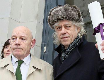 Geldof, til hægri, heldur á viðurkenningarskjalinu sem hann skilaði.