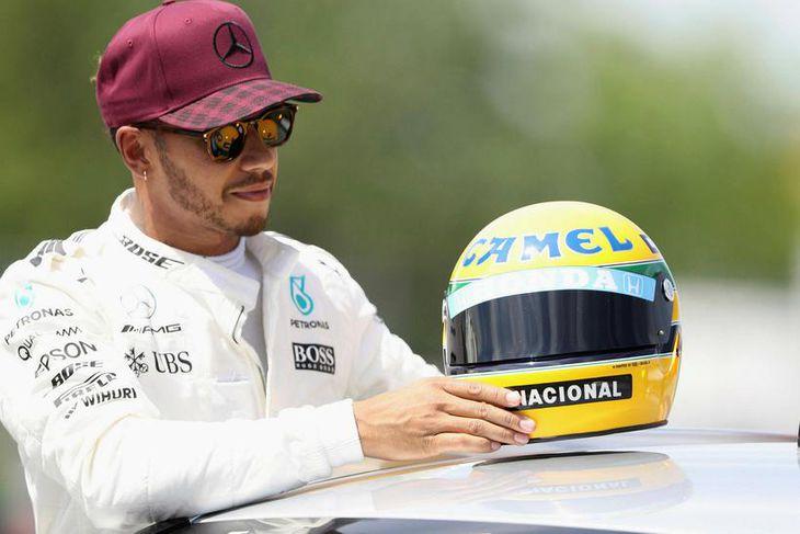 Lewis Hamilton fékk í dag að gjöf keppnishjálm úr safni brasilíska ökumannsins Ayrton Senna eftir ...