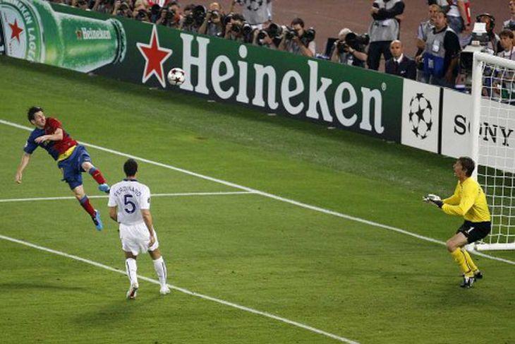 Messi skallar fram hjá van der Sar.