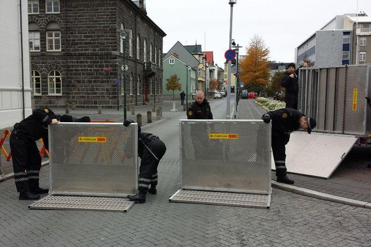 Lögreglan setur upp öryggisgirðingar við Alþingi í morgun.