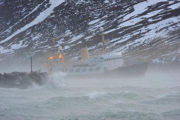 Bjarni Sæmundsson treysti sér ekki að leggja að bryggju í Siglufirði í morgun.