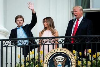 Forsetahjónin Donald og Melania Trump með Barron syni sínum. Hann er yngsta barn Trump, sem ...