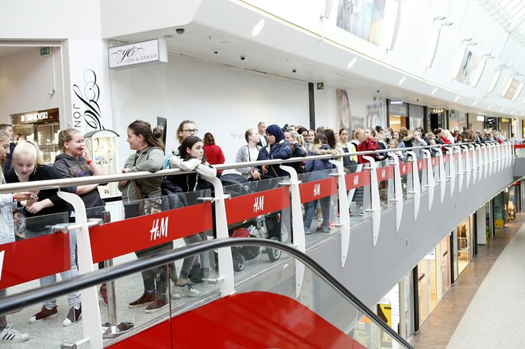 The queue at H&M when the first shop opened in Smáralind.