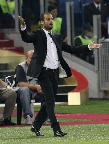 Pep Guardiola, þjálfari Barcelona, hvetur sína menn áfram.