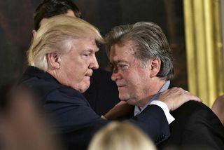 Trump og Bannon, degi eftir embættistöku Trumps. Bannon er nú hættur.