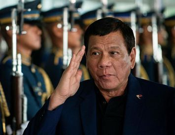 Rodrigo Duterte, forseti Filippseyja, hefur ítrekað varið dráp lögreglu án dóms og laga á grunuðum ...