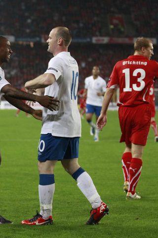 Wayne Rooney fagnar marki sínu ásamt Jermain Defoe.