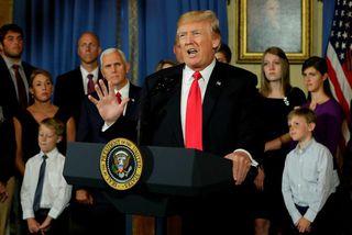 """Donald Trump Bandaríkjaforseti með meint """"fórnarlömb"""" Obamacare í bakgrunninum. Forsetinn varaði þingmenn repúblikana við afleiðingum ..."""