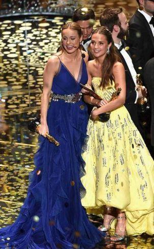 Brie Larson og Alicia Vikander stilla sér upp.