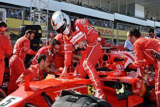 Sebastian Vettel stígur upp úr Ferrarifák sínum í Suzuka.