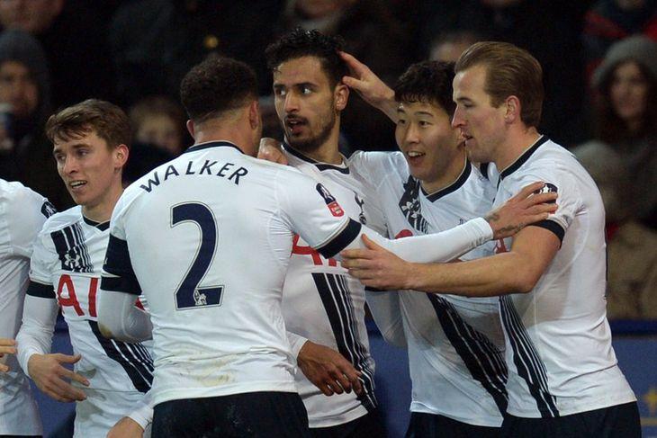 Leikmenn Tottenham Hotspur fagna marki Nacer Chadli gegn Leicester City í kvöld.