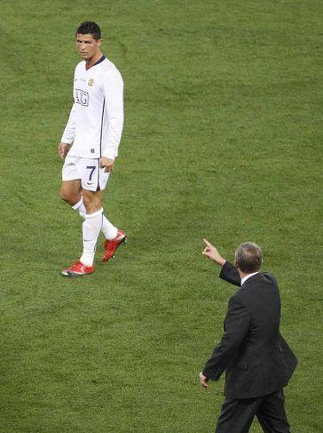 Alex Ferguson gefur Ronaldo fyrirskipanir.