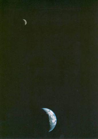 Voyager 1 náði fyrstu myndinni sem sýndi jörðina og tunglið saman í sama rammanum 18. ...
