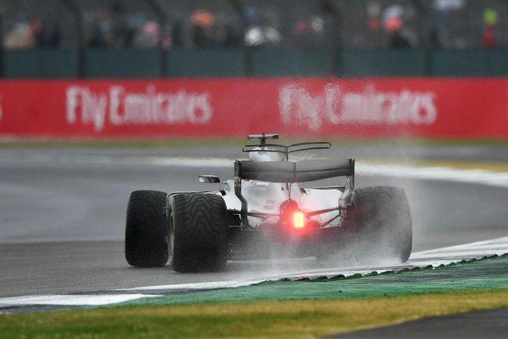 Lewis Hamilton á regndekkjum í byrjun tímatökunnar, en þá rigndi.