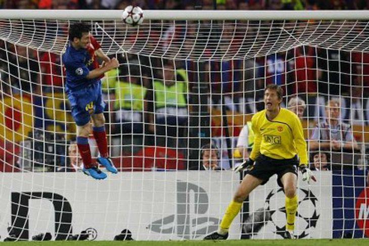 Messi skallar í markið.