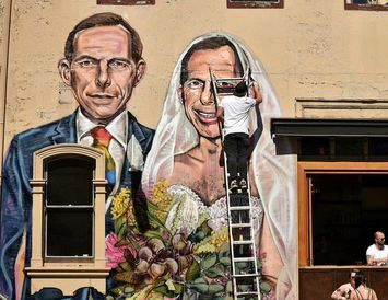 Tony Abbott sem brúður Tony Abbott. Forsætisráðherrann fyrrverandi er á móti hjónaböndum hinsegin fólks og ...